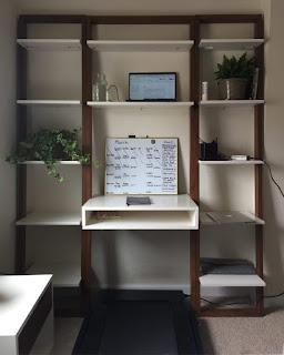 Ufficio in casa con tapis roulant immagine