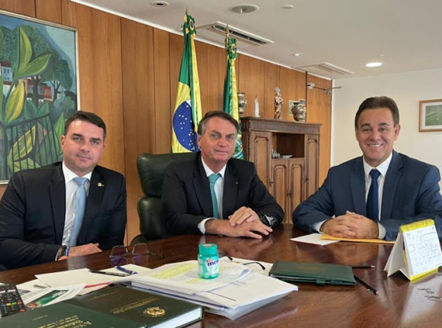 O presidente Jair Bolsonaro (ao centro) recebeu convite oficial de Adilson Barroso (à dir.) para se filiar ao Patriotas em 7 de junho