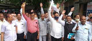 अधिवक्ताओं ने किया तहसील में हंगामा    #NayaSaberaNetwork