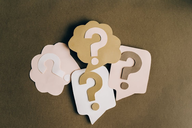 Four question marks symbolizing questions to ask when choosing a web developer