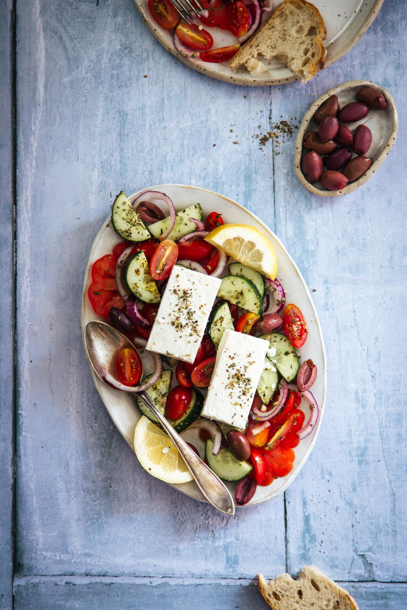 kreikkalainen salaatti lautasella