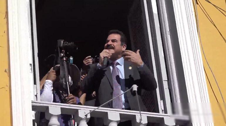 Vigilias ciudadanas en la plaza 14 de Septiembre resguardan a Reyes Villa / LOS TIEMPOS