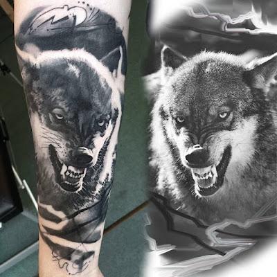 Tatuaje de lobo mostrando los dientes