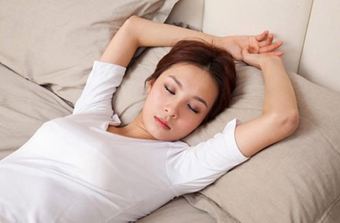 Nằm ngửa là thế ngủ tốt nhất để hạn chế nếp nhăn