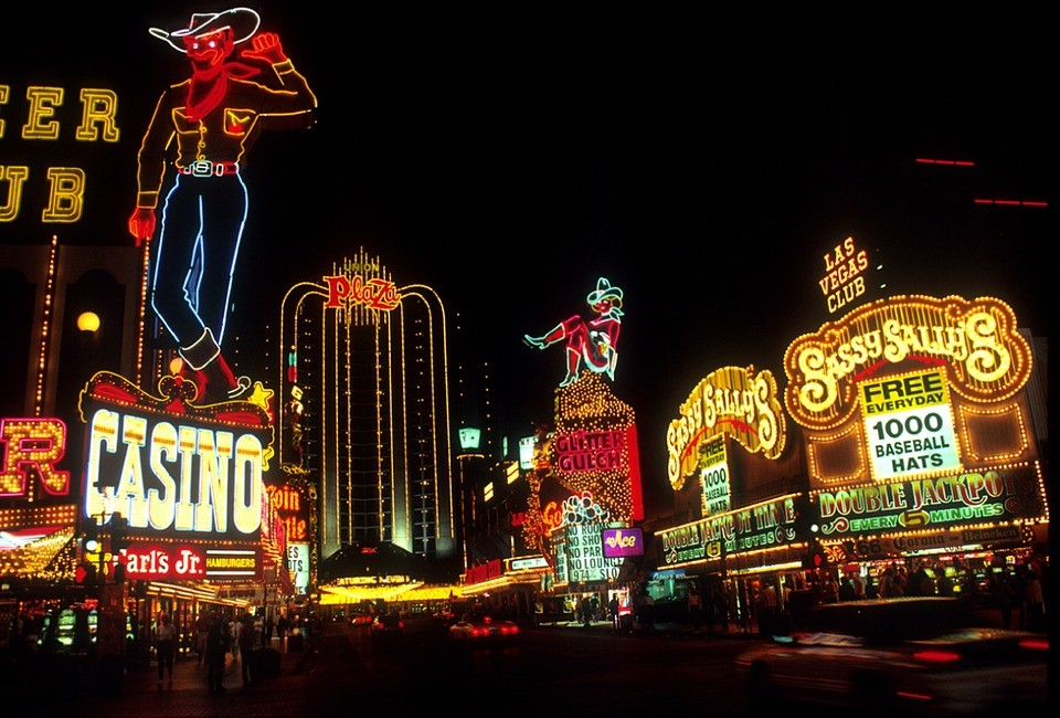 Las Vegas - https://pixabay.com/photos/las-vegas-night-time-neon-lights-599840/