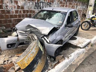 Motorista perde o controle do veículo e bate de frente em proteção de poste na Capital; veja vídeo