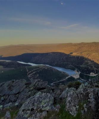 vista do rio com barragem e seus vales