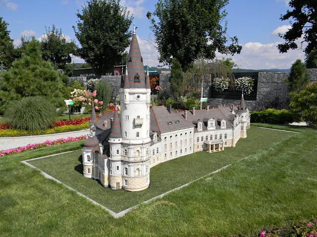 Minieuroland w Kłodzku to ok. 40 budowli, w tym pałac z Bożkowa