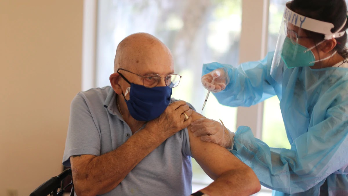 नॉर्वे ने फाइजर का टीका लगने के तुरंत बाद 23 बुजुर्गों की मौत की सूचना दी है।  (रायटर)