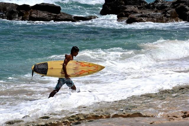 Bạn muốn ngâm mình thư giãn trong nước biển, nhưng không muốn bị làm phiền bởi những con sóng? Hãy đến Wedi Ombo ở Gunungkidul. Tại đây, bạn có thể thỏa thích ngâm mình trong nước để ngắm mặt trời lặn. Sở dĩ nước ở đây hiền hòa như vậy vì nó được bao quanh bởi những tảng đá san hô lớn xếp gọn gàng.