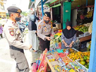 Polres Lingga Tertibkan Penjual Petasan di Pelabuhan Dabo Singkep dan Pasar Dabo