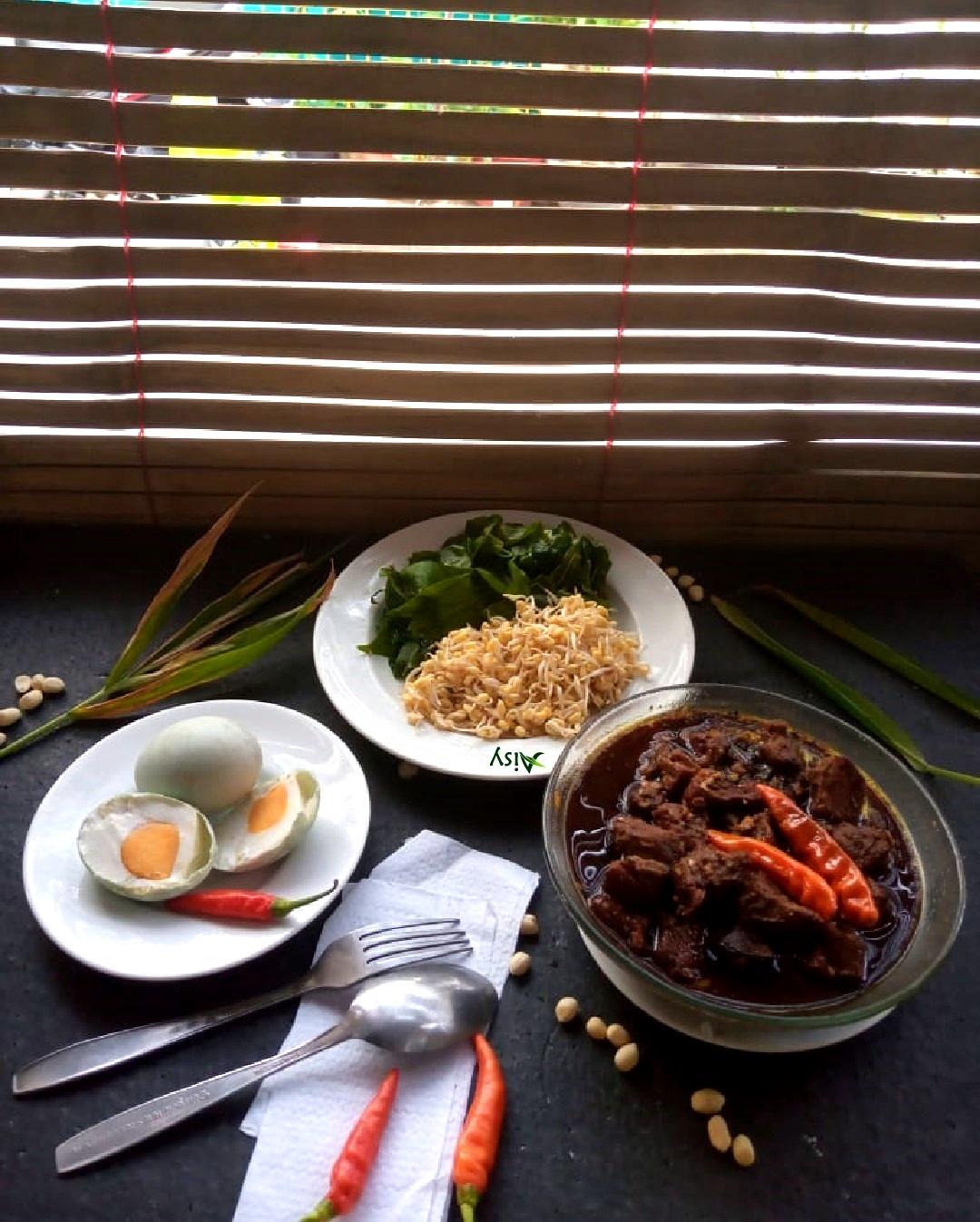 Catering Harian Non MSG : Rawon Daging Sapi + Telur Asin