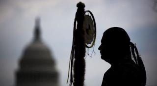 Resultado de imagen de Trump APRUEBA un oleoducto que CONTAMINARÁ aguas y tierras SAGRADAS: La tribu Sioux EXPLOTA