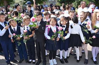 дети на линейке в школе 1 сентября