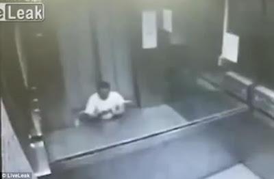 Astaga! Kaki Pria Ini Terjepit Pintu Lift dan Sempat Telpon Minta Tolong Sebelum Akhirnya Meninggal! Videonya Ngeri!