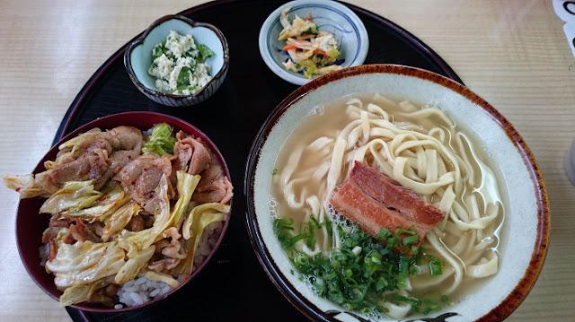 Aセット(豚キムチ丼&そば)の写真
