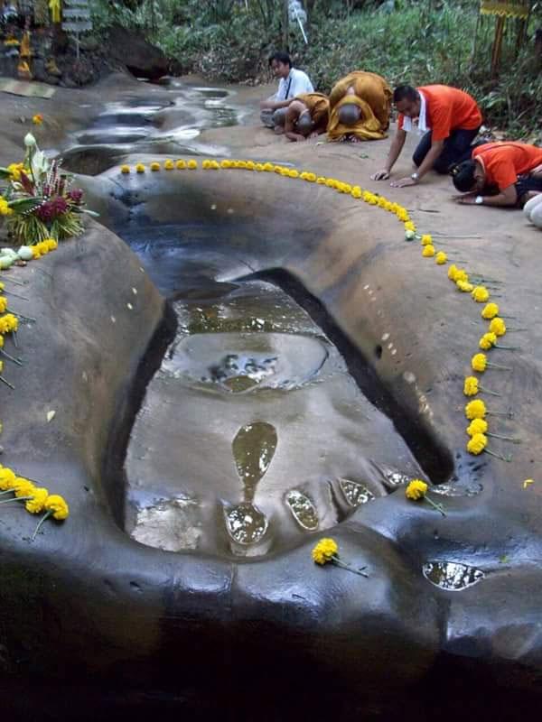 जमीन पर हनुमान जी के पैर का निशान /  footprint of Hanuman