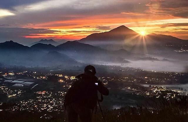 Berburu Keindahan Sunrise di Gunung  Batu Lembang