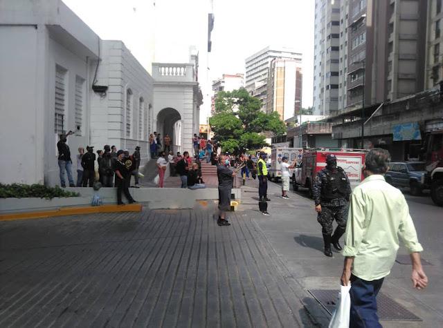 Bomberos tuvieron que usar escalera de pintor para apagar incendio en La Candelaria