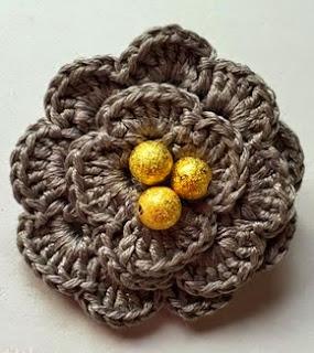 http://www.artedetei.com/2015/02/broche-flor-de-crochet-y-abalorios.html