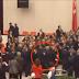 Τώρα: Πέφτει άγριο ξύλο στην Βουλή της Τουρκίας – Μπουνιές κλωτσιές (Βίντεο)