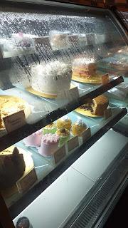 Kue-kue cantik dan enak berbaris rapi