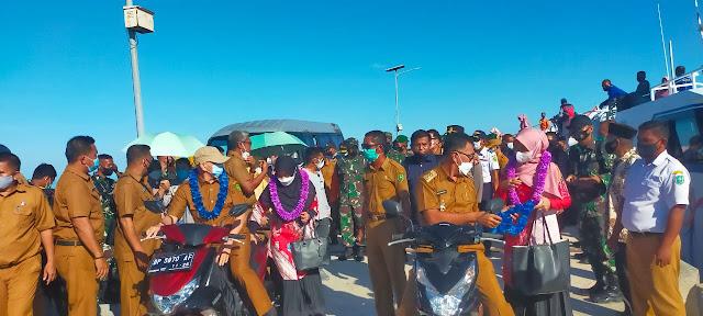 Bupati Didampingi Ketua TP-PKK Natuna Mengunjungi Kecamatan Pulau Laut