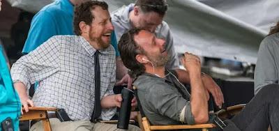 O produtor Scott M. Gimple, de camisa clara, ri junto com Andrew Lincoln nos bastidores de Walking Dead