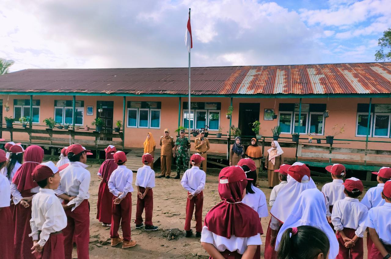 Upacara di SDN 30 Kampung Laut Sukses, Camat : Peran Guru Sangat Penting