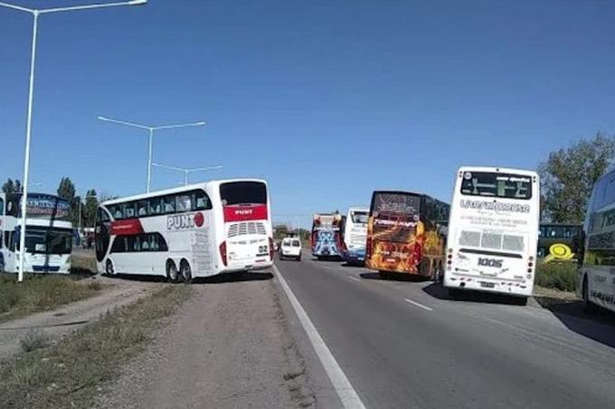 Empresas de turismo cortan la RN 168 y el cruce de la Autovía 19 con la Autopista
