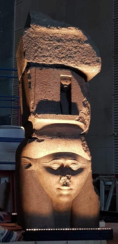 رفع وتثبيت وإضاءة القطع الأثرية الثقيلة علي الدرج العظيم بالمتحف  المصري الكبير