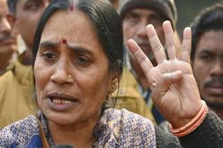 Nirbhaya Case : दोषियों की फांसी टलने पर भावुक हुई निर्भया की मां, कहा- कोर्ट और सरकार सब तमाशा देख रहे