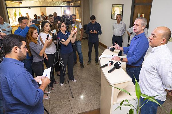 O prefeito Ulisses Maia e o secretário de Saúde, Jair Biatto, em coletiva de imprensa – Foto: Thiago Louzada/PMM