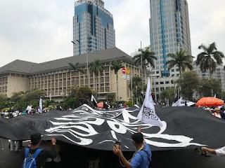 Massa Aksi Mujahid 212 Bentangkan Bendera Tauhid Raksasa di Patung Kuda
