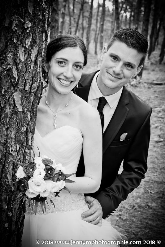 photo portrait noir et blanc des mariés dans la forêt