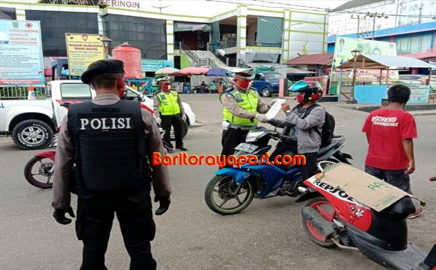Aksi Bagi-Bagi Masker Satlantas Polres Barsel, Warnai Hari Pertama Operasi Patuh Talabang 2020