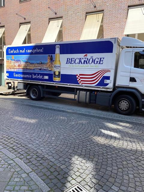 LKW in Bremen mit nahezu ironischer Werbung für Corona Bier