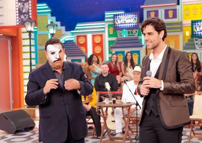 """Ratinho brinca e coloca a máscara de """"O Fantasma da ópera"""" do tenor Thiago Aracam  - Crédito: Lourival Ribeiro/SBT"""