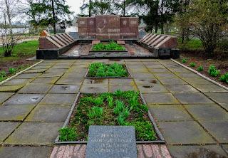 Бобринец. Ул. Николаевская. Памятник погибшим на фронтах Второй мировой войны учителям и учащимся