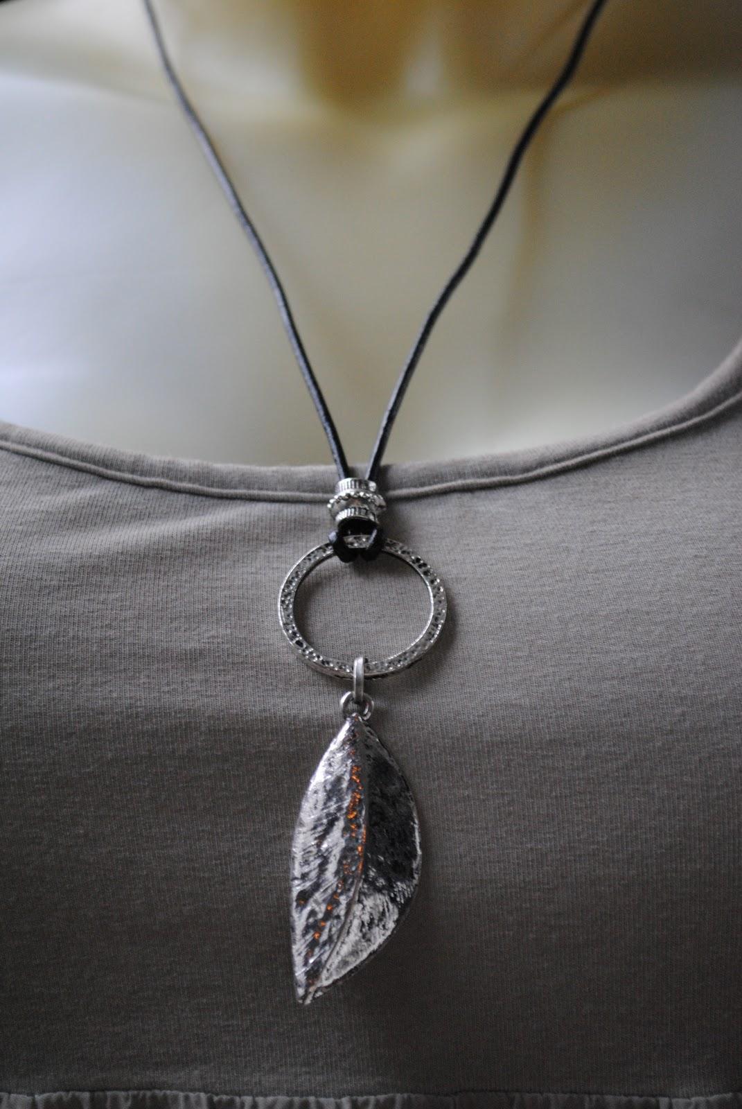 SMYCKEN AV I.S.  Tufft läderhalsband med hamrad ring och tungt löv fd625e3740e25