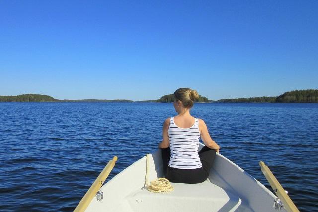 Nainen istumassa soutuveneen keulassa