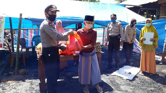 Berbagi Kasih, Polres Bone Bantu Korban Kebakaran di Desa Palongki
