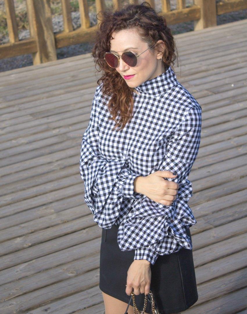 melage_boutique_fashion_blog_de_moda_blusa_cuadros_vichy_mangas_volante_cuello_perkins_shein_falda_cuero_negra_asos_como_combinar_botas_blancas_mango_bolso_chloe