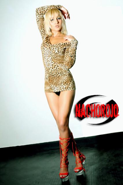fotografia de escort en estudio de pie posando