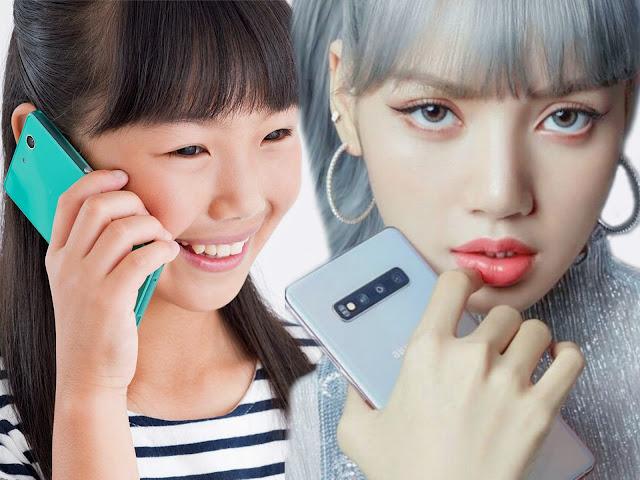 Японка (слева) и кореянка (справа) с мобильными телефонами думают над Вашим поведением [фотоколлаж]