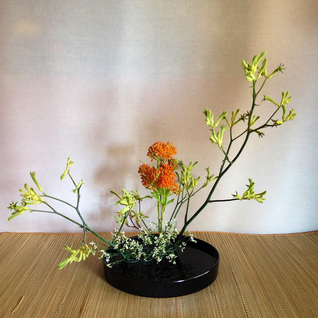 """Moribana có nghĩa là """"hoa chất đống"""" hoàn toàn khác với kiểu hoa thẳng """"đứng"""" truyền thống. Moribana là phong cách cắm hoa trên những cái đĩa bẹt, ding hoa, cây, lá, quả và cả nước để sáng tạo nên những hình ảnh độc đáo, vừa cổ điển vừa hiện đại. Sự sáng tạo này đã dẫn đến việc hình thành nghệ thuật Ikebana hiện đại.     Đây là một dạng thức mới của Ikebana xuất hiện giữa sự kết hợp của phong cách Ikebana truyền thống và phong cách phương Tây. Trong khi phong cách Rikka đã ra đời phát triển qua nhiều giai đoạn và có rất nhiều quy luật thì phong cách Moribana chỉ mới xuất hiện khoảng 100 năm và Moribana có thể dùng để trang trí trong những phòng theo phong cách phương Tây chứ không nhất thiết chỉ được đặt trong những hốc tường của những căn phòng xây theo phong cách Nhật Bản truyền thống."""