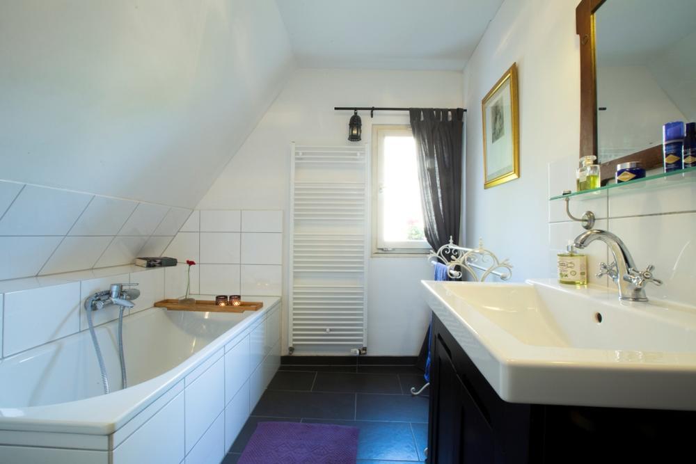 duschvorhang dachschr ge badewanne die sch nsten einrichtungsideen. Black Bedroom Furniture Sets. Home Design Ideas