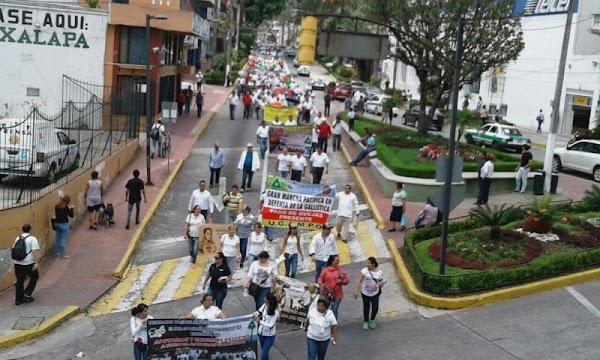 Marchan en Veracruz por la defensa de corridas de toros y peleas de gallos.