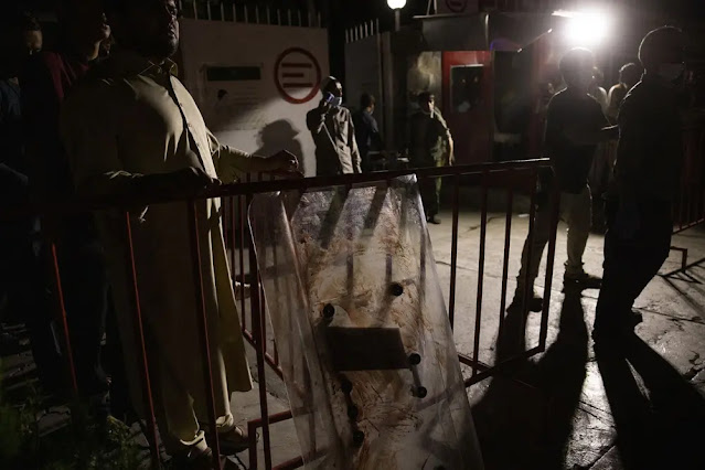 Tấm khiên đẫm máu ở lối vào một bệnh viện thủ đô Kabul. Ảnh: New York Times