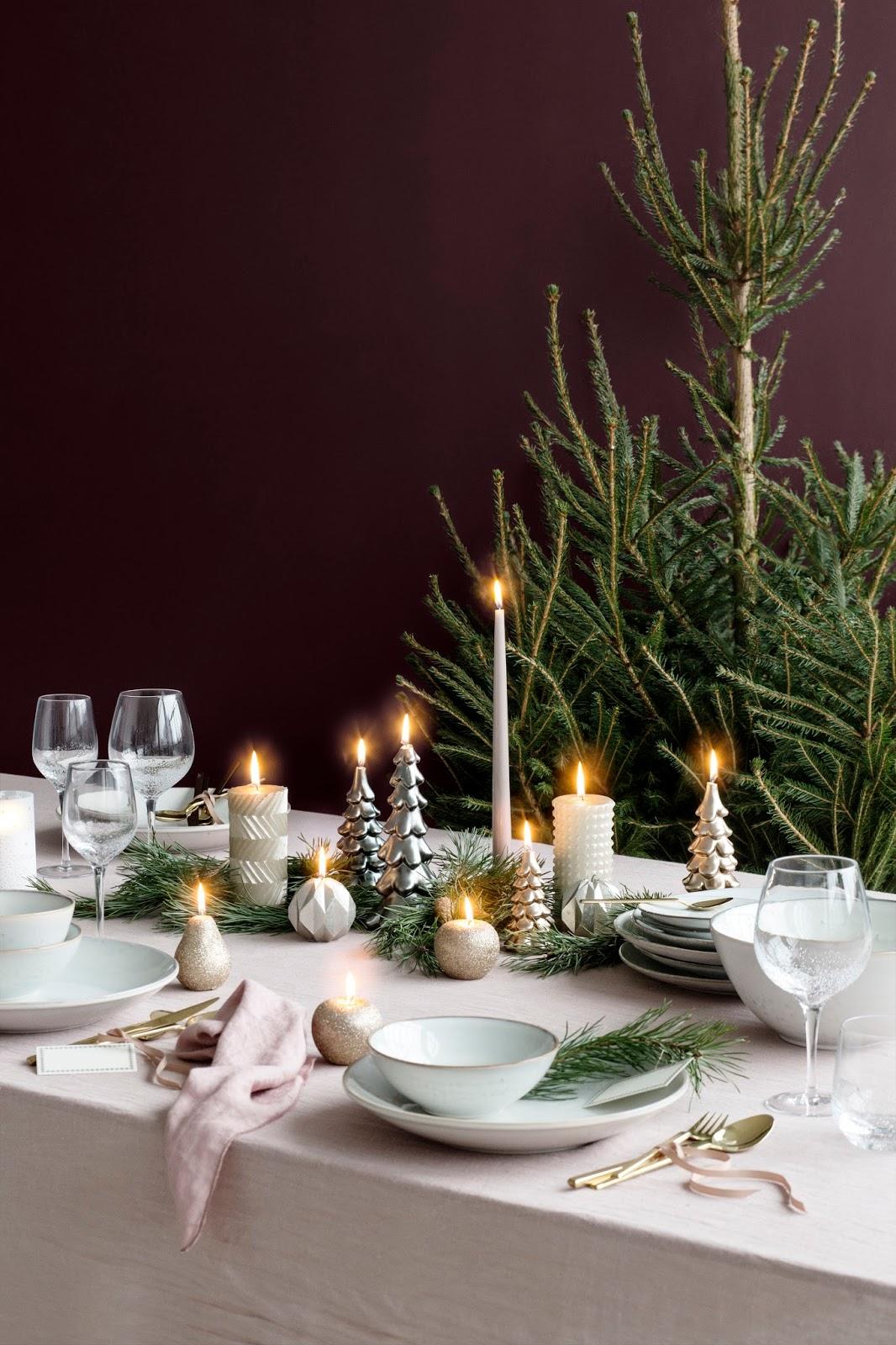 złote sztućce w aranżacji świątecznego stołu